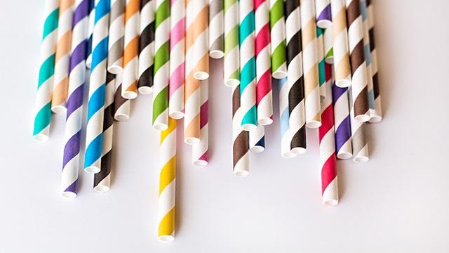 Các hàng quán, siêu thị đang thay đổi thói quen sử dụng ống hút giấy bảo vệ môi trường